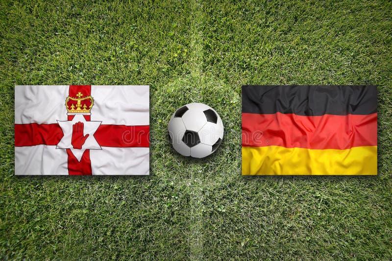 Βόρεια Ιρλανδία εναντίον Σημαίες της Γερμανίας στο γήπεδο ποδοσφαίρου στοκ εικόνες