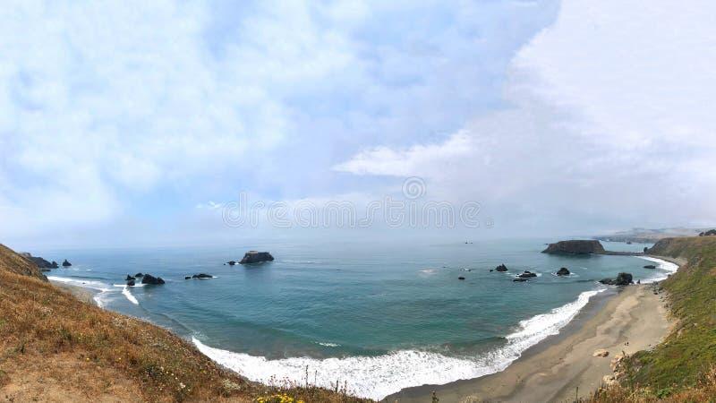 Βόρεια παράκτια άποψη Καλιφόρνιας του Ειρηνικού Ωκεανού με το κρατικό πάρκο παραλιών αιγών μακριά στο δικαίωμα στοκ εικόνες
