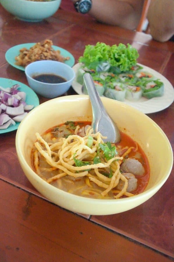Βόρεια ταϊλανδική σούπα κάρρυ νουντλς, βόρειο ύφος κομψό στοκ εικόνες με δικαίωμα ελεύθερης χρήσης