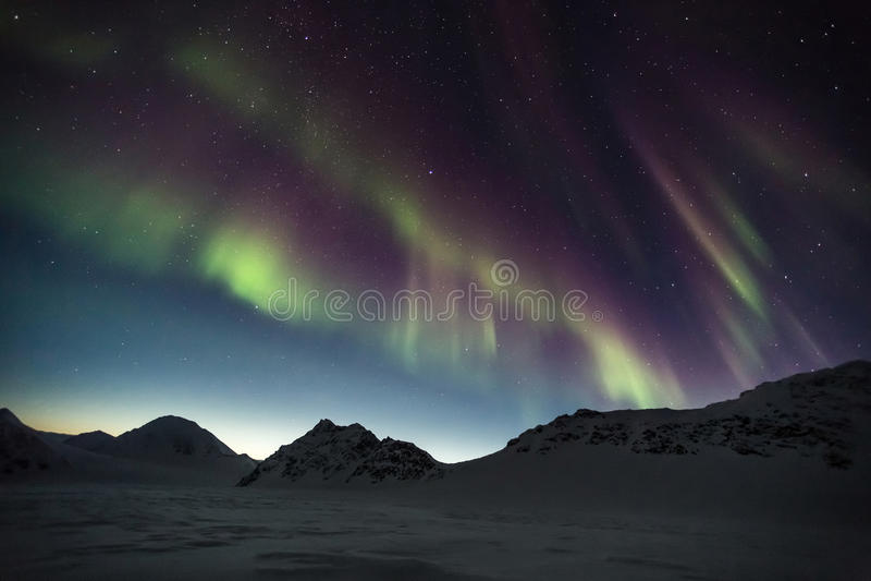 Βόρεια φω'τα πέρα από τα αρκτικά βουνά - Spitsbergen, Svalbard στοκ φωτογραφία με δικαίωμα ελεύθερης χρήσης