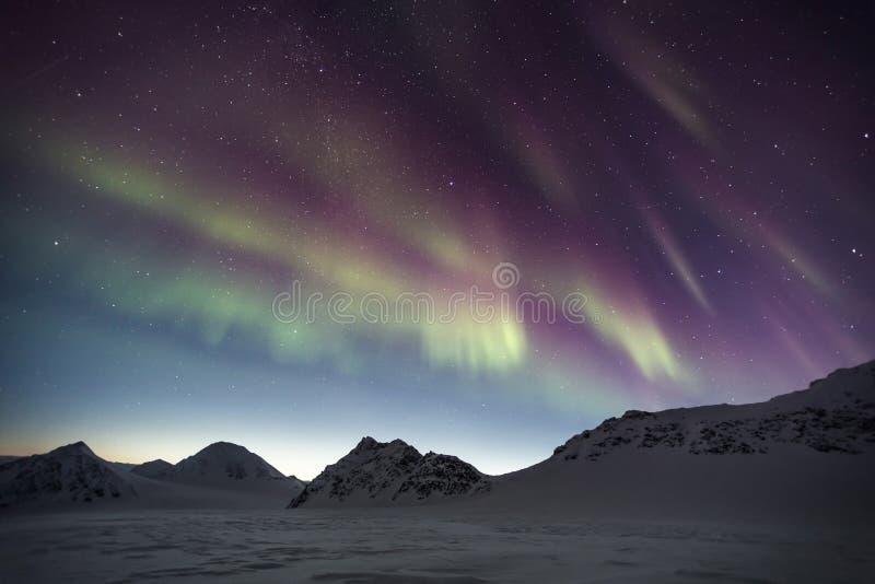 Βόρεια φω'τα πέρα από τα αρκτικά βουνά - Spitsbergen, Svalbard στοκ εικόνα με δικαίωμα ελεύθερης χρήσης