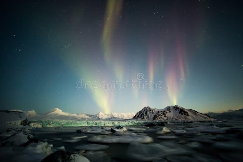 Βόρεια φω'τα πέρα από τον αρκτικό tidewater παγετώνα - Spitsbergen, Svalbard στοκ φωτογραφία με δικαίωμα ελεύθερης χρήσης