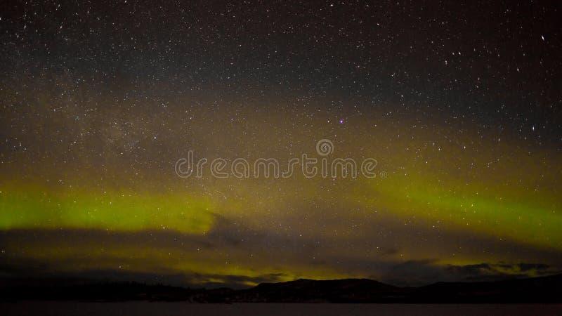 Βόρειες φω'τα και μυριάδα των αστεριών στοκ εικόνα