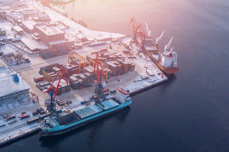 Βόρειος αρκτικός λιμένας φόρτωσης φορτηγών πλοίων εμπορευματοκιβωτίων Εισαγωγή-εξαγωγή και επιχείρηση μεταφορών φορτίου έννοιας λ στοκ εικόνες με δικαίωμα ελεύθερης χρήσης
