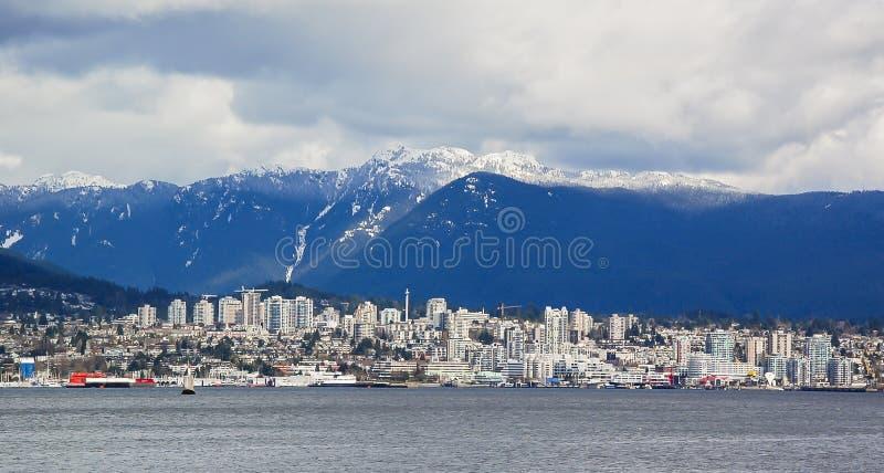 Βόρειο Βανκούβερ που αγνοείται από τα χιονώδη βουνά στοκ εικόνα