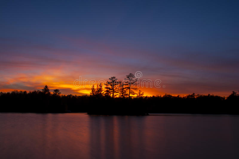 Βόρειο ηλιοβασίλεμα πέρα από τη λίμνη στοκ εικόνες