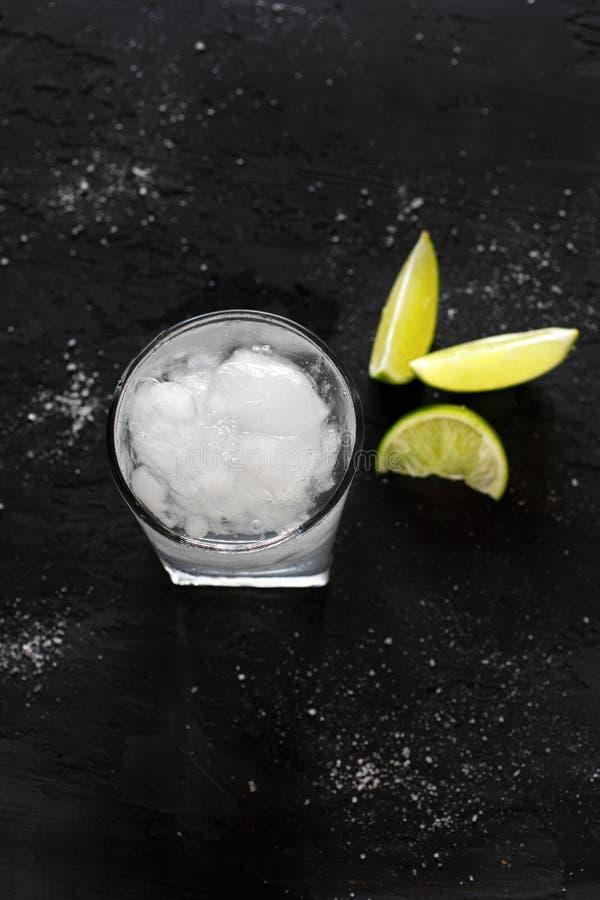 Βότκα ή τζιν κοκτέιλ με τον πάγο και τον ασβέστη στοκ εικόνα