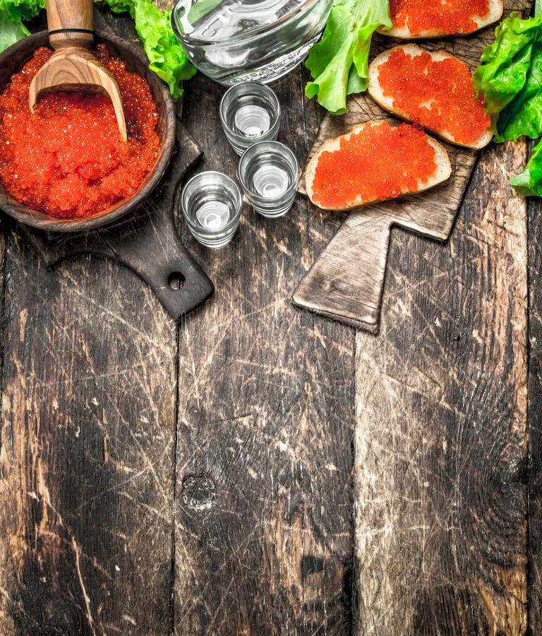 Βότκα και σάντουιτς με το κόκκινο χαβιάρι στοκ εικόνες με δικαίωμα ελεύθερης χρήσης