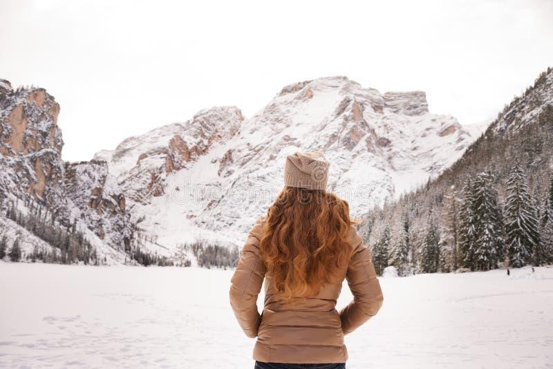 Βλέποντας από την πίσω γυναίκα υπαίθρια μεταξύ των χιονοσκεπών βουνών στοκ φωτογραφίες με δικαίωμα ελεύθερης χρήσης