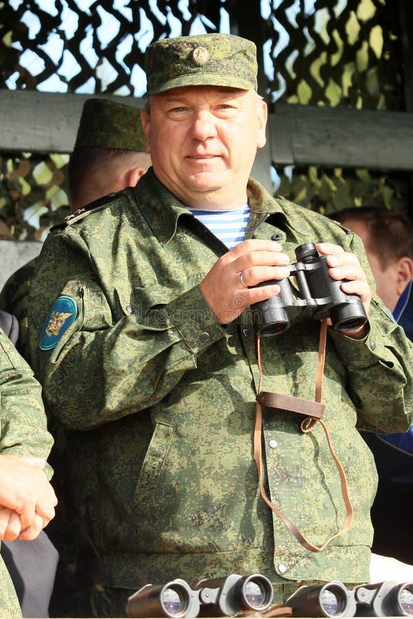 Βλαντιμίρ Shamanov (διοικητής - μέσα - κύρια ρωσικά αερομεταφερόμενα στρατεύματα) κατά τη διάρκεια των ασκήσεων διοικητηρίων με τ στοκ εικόνα με δικαίωμα ελεύθερης χρήσης