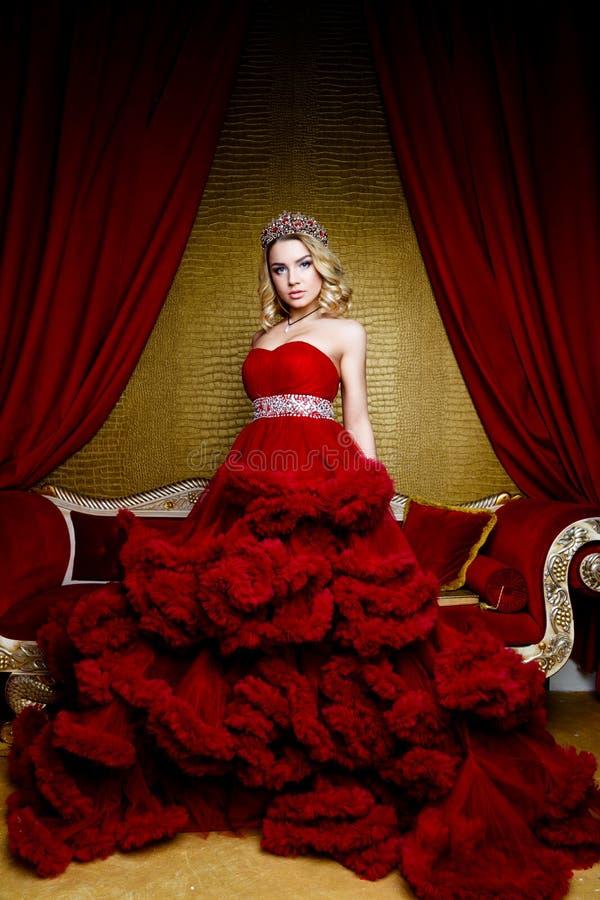 Βλαστός μόδας ομορφιάς της νέας κορώνας ξανθών μαλλιών βασίλισσας μακριάς στο κεφάλι της στοκ φωτογραφίες