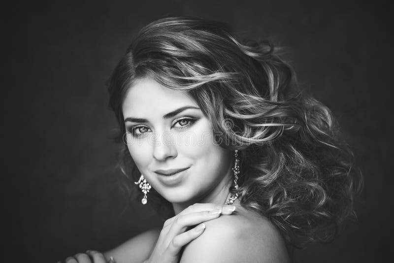 Βλαστός μόδας της όμορφης γυναίκας αναδρομικό ύφος μαύρο λευκό στοκ εικόνες