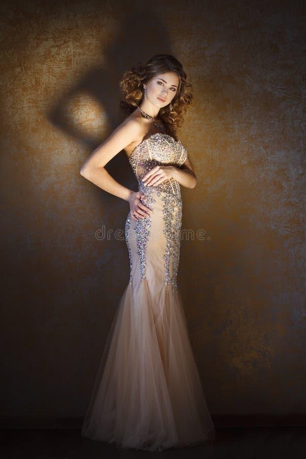 Βλαστός μόδας της όμορφης γυναίκας αναδρομικό ύφος στοκ εικόνες
