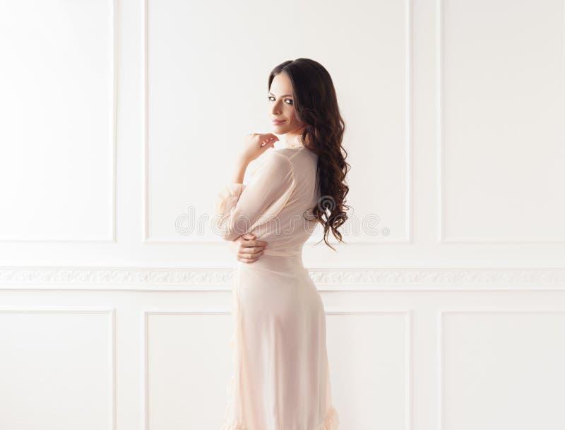 Βλαστός μόδας της όμορφης γυναίκας στον επίδεσμο της εσθήτας στοκ φωτογραφία με δικαίωμα ελεύθερης χρήσης