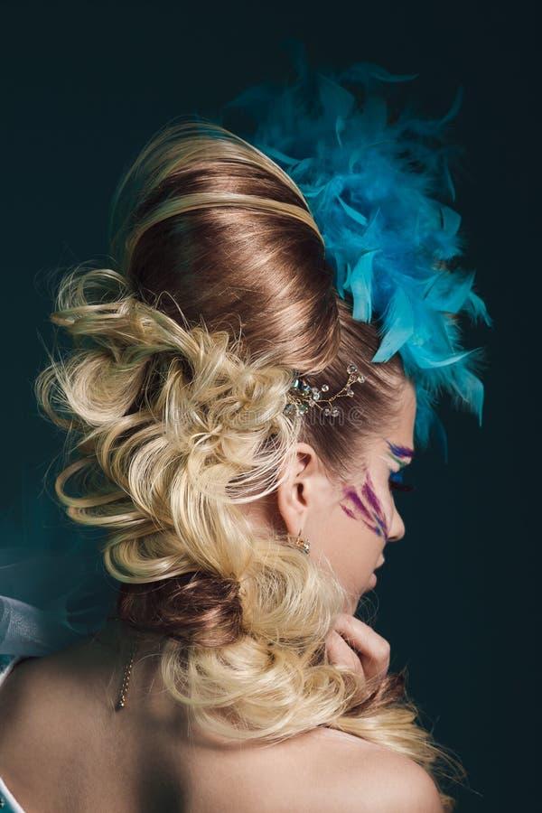 Βλαστός στούντιο της γυναίκας με το δημιουργικά hairstyle, makeup και το φόρεμα στοκ φωτογραφίες