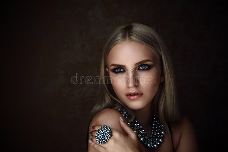 Βλαστός στούντιο της ξανθής γυναίκας με το κόσμημα πορτρέτο μόδας στοκ εικόνες με δικαίωμα ελεύθερης χρήσης