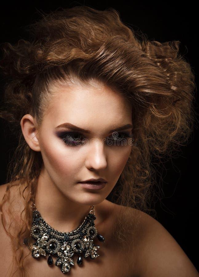 Βλαστός στούντιο της όμορφης γυναίκας με το φωτεινό makeup στοκ φωτογραφίες με δικαίωμα ελεύθερης χρήσης