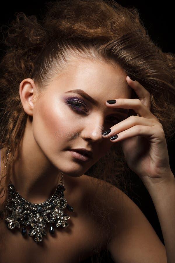 Βλαστός στούντιο της όμορφης γυναίκας με το φωτεινό makeup στοκ εικόνα με δικαίωμα ελεύθερης χρήσης