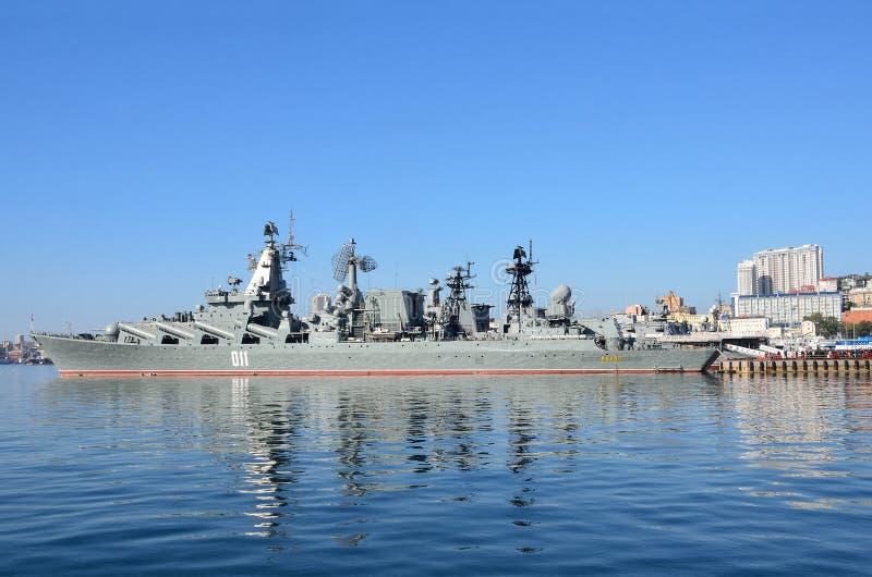 Βλαδιβοστόκ, 05 Οκτωβρίου, 2015 Η ναυαρχίδα του Στόλου του Ειρηνικού φρουρεί το ταχύπλοο σκάφος Varyag βλημάτων στοκ εικόνα με δικαίωμα ελεύθερης χρήσης