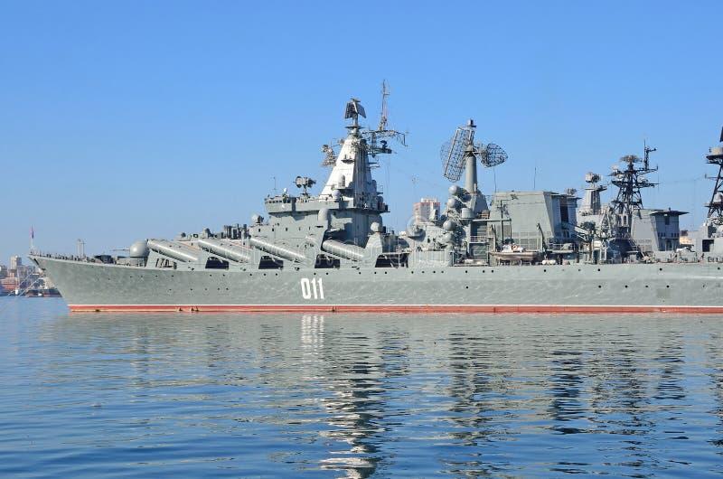 Βλαδιβοστόκ, 05 Οκτωβρίου, 2015 Η ναυαρχίδα του Στόλου του Ειρηνικού φρουρεί το ταχύπλοο σκάφος Varyag βλημάτων στοκ φωτογραφίες