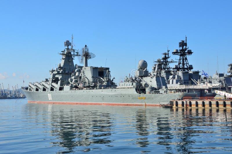 Βλαδιβοστόκ, 05 Οκτωβρίου, 2015 Η ναυαρχίδα του Στόλου του Ειρηνικού φρουρεί το ταχύπλοο σκάφος Varyag βλημάτων στοκ εικόνες
