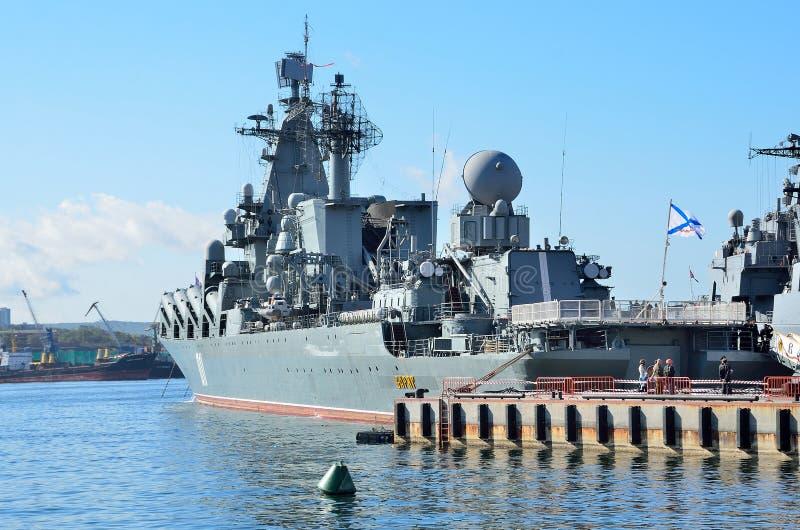 Βλαδιβοστόκ, 05 Οκτωβρίου, 2015 Η ναυαρχίδα του Στόλου του Ειρηνικού φρουρεί το ταχύπλοο σκάφος Varyag βλημάτων στο λιμένα του Βλ στοκ φωτογραφία με δικαίωμα ελεύθερης χρήσης