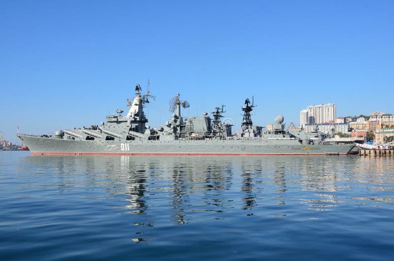Βλαδιβοστόκ, 05 Οκτωβρίου, 2015 Η ναυαρχίδα του Στόλου του Ειρηνικού φρουρεί το ταχύπλοο σκάφος Varyag βλημάτων στοκ εικόνα