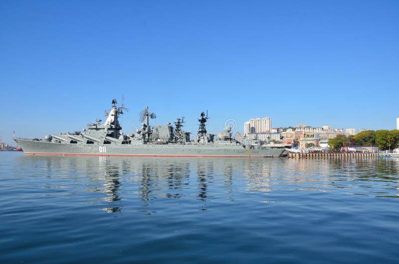 Βλαδιβοστόκ, 05 Οκτωβρίου, 2015 Η ναυαρχίδα του Στόλου του Ειρηνικού φρουρεί το ταχύπλοο σκάφος Varyag βλημάτων στοκ φωτογραφία με δικαίωμα ελεύθερης χρήσης