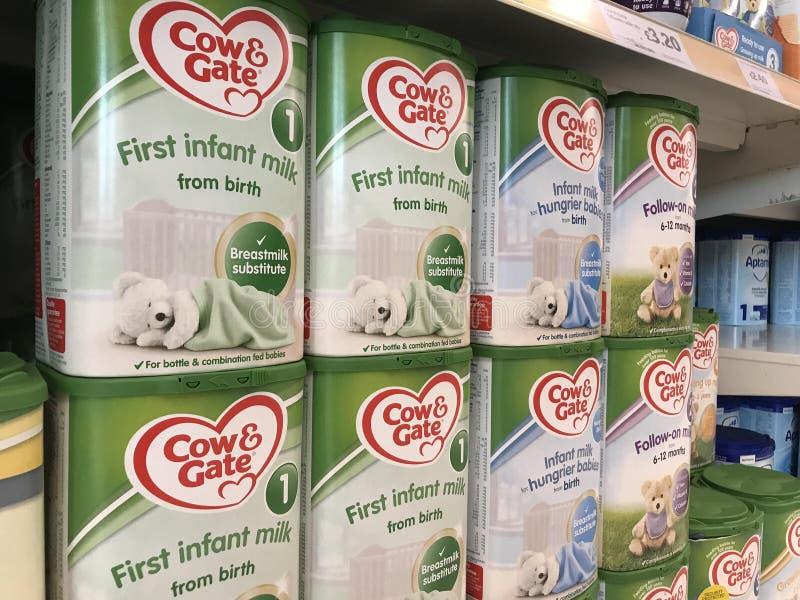Γάλα αγελάδων & νηπίων πυλών στα ράφια μιας υπεραγοράς στοκ εικόνες
