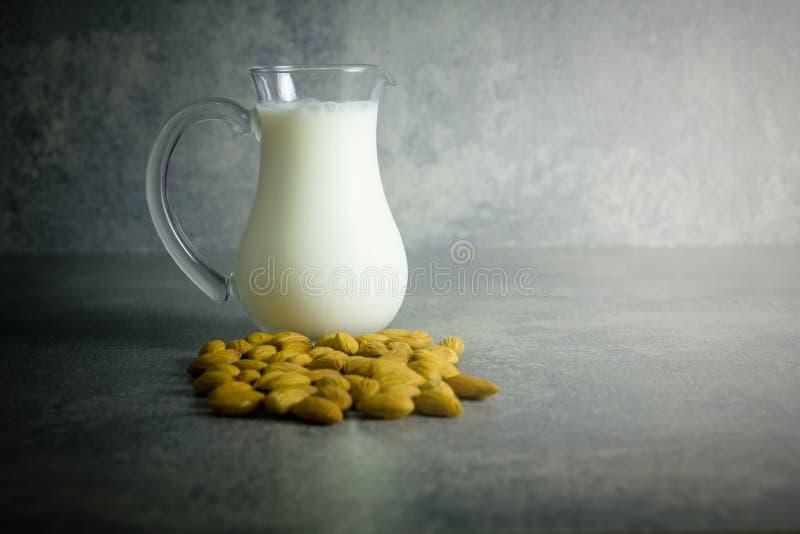 Γάλα αμυγδάλων στο βάζο γυαλιού με το σπόρο αμυγδάλων στοκ φωτογραφία με δικαίωμα ελεύθερης χρήσης