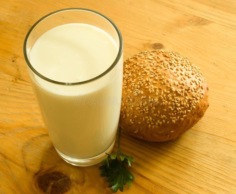 γάλα γυαλιού ψωμιού στοκ φωτογραφία με δικαίωμα ελεύθερης χρήσης