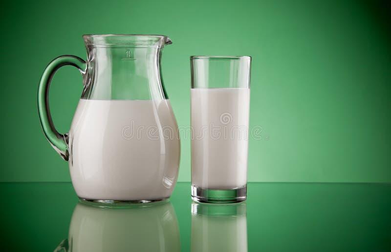 γάλα κανατών γυαλιού στοκ φωτογραφίες