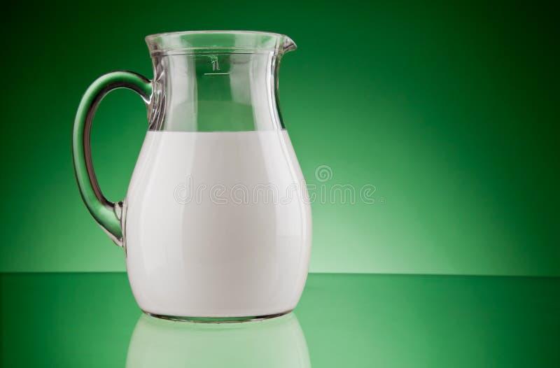 γάλα κανατών γυαλιού στοκ εικόνα με δικαίωμα ελεύθερης χρήσης