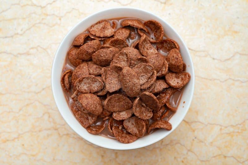 Γάλα σοκολάτας με τις φέτες δημητριακών ως υγιή κατανάλωση στοκ φωτογραφία με δικαίωμα ελεύθερης χρήσης