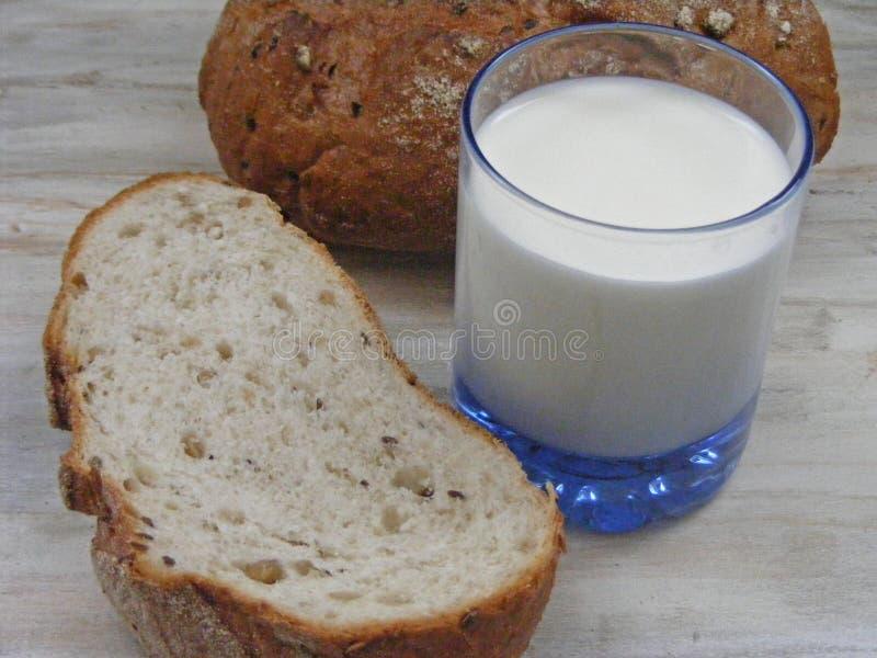 γάλα ψωμιού Γεύμα, μάγειρας στο shabby υπόβαθρο στοκ εικόνα με δικαίωμα ελεύθερης χρήσης