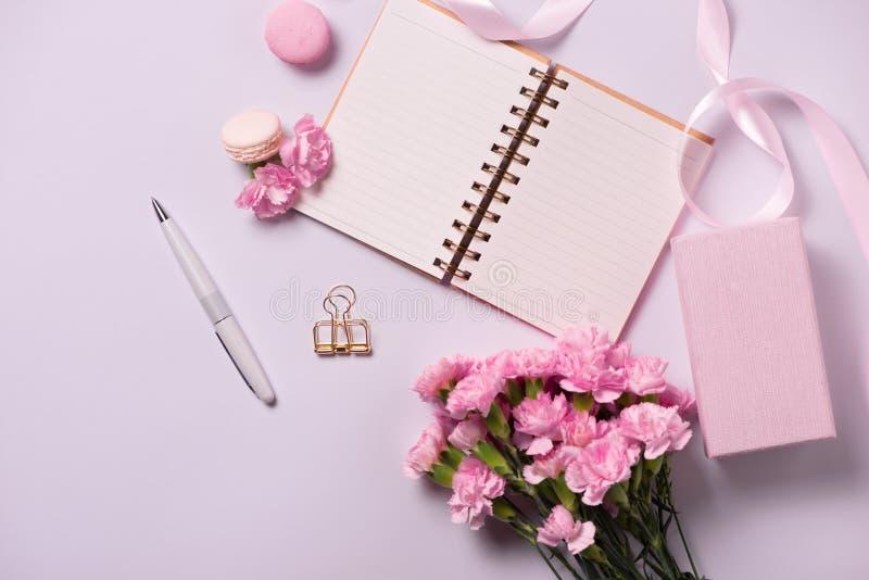 Γάμος για να κάνει τον κατάλογο με τα λουλούδια Το επίπεδο αρμόδιων για το σχεδιασμό προτύπων βρέθηκε στοκ εικόνες με δικαίωμα ελεύθερης χρήσης