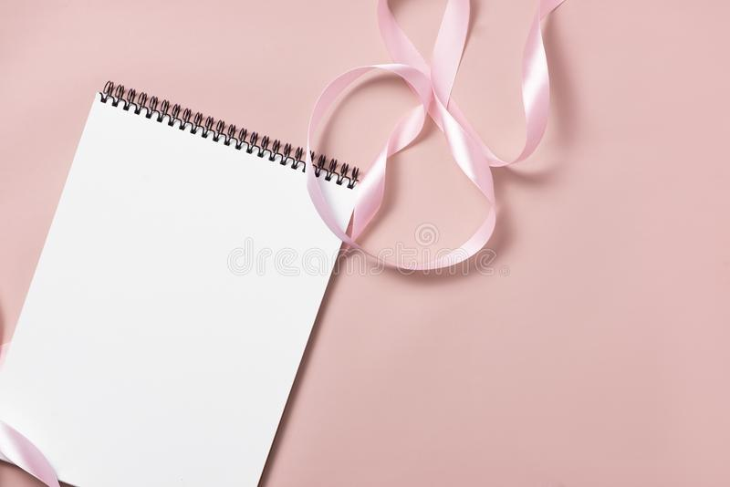 Γάμος για να κάνει τον κατάλογο με τα λουλούδια Το επίπεδο αρμόδιων για το σχεδιασμό προτύπων βρέθηκε στοκ εικόνα