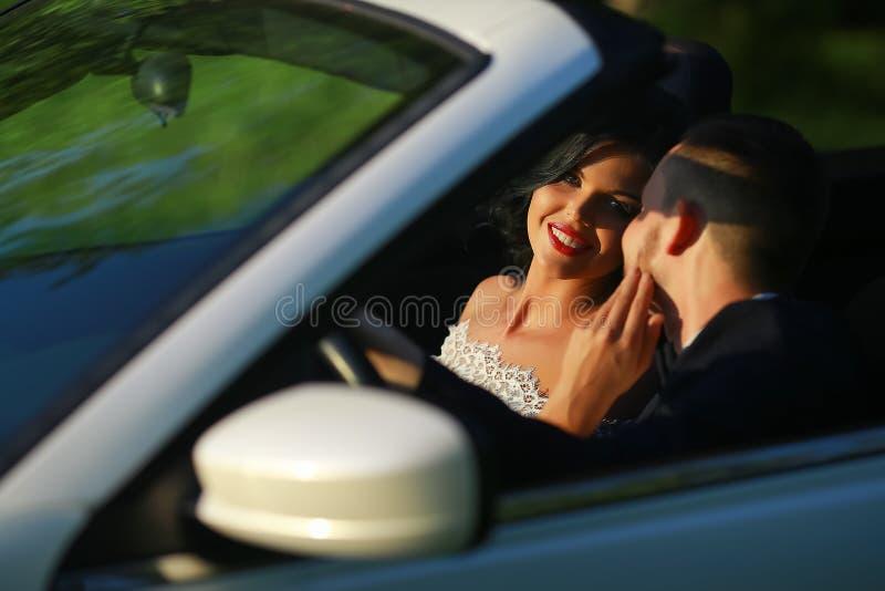γάμος νεόνυμφων εκκλησιών τελετής νυφών Νέο γαμήλιο ζεύγος που απολαμβάνει τις ρομαντικές στιγμές έξω σε ένα θερινό λιβάδι Ευτυχε στοκ φωτογραφία με δικαίωμα ελεύθερης χρήσης