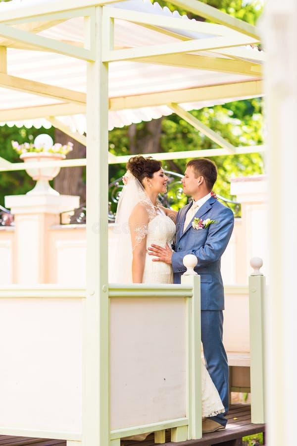 γάμος νεόνυμφων εκκλησιών τελετής νυφών στοκ εικόνες με δικαίωμα ελεύθερης χρήσης