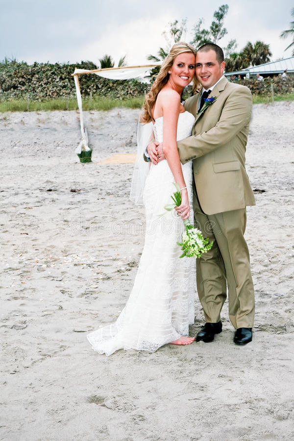 γάμος νεόνυμφων νυφών παραλιών στοκ φωτογραφία με δικαίωμα ελεύθερης χρήσης
