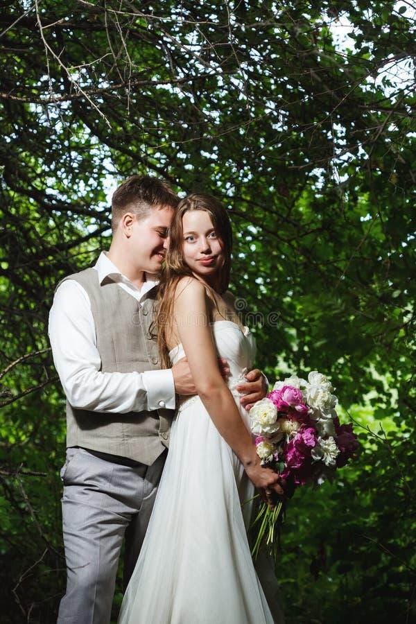 γάμος πάρκων φιλήματος ζε&u στοκ φωτογραφία