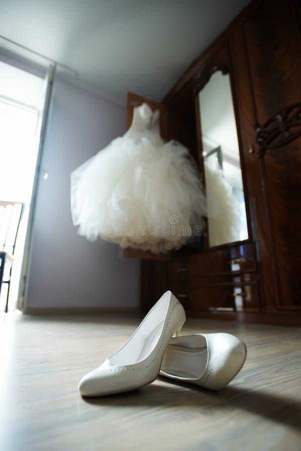 γάμος παπουτσιών φορεμάτ&omeg στοκ εικόνες
