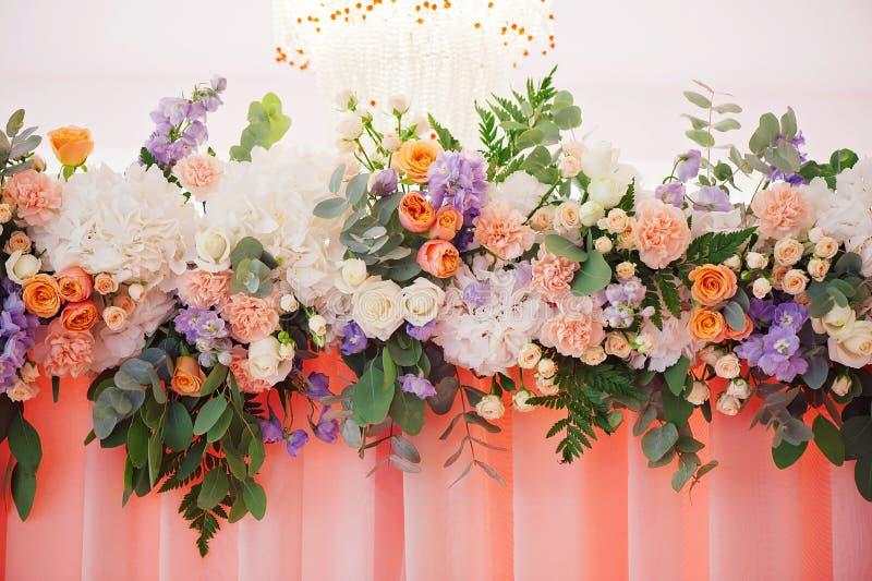 Γάμος που διακοσμεί την ανθοδέσμη των τριαντάφυλλων και των πετάλων, κινηματογράφηση σε πρώτο πλάνο στοκ εικόνα με δικαίωμα ελεύθερης χρήσης