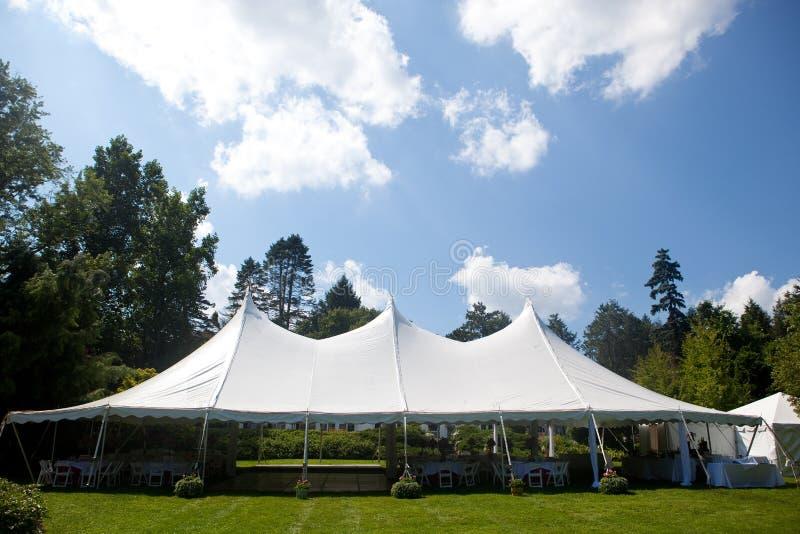 γάμος σκηνών μπλε ουρανού στοκ εικόνα με δικαίωμα ελεύθερης χρήσης