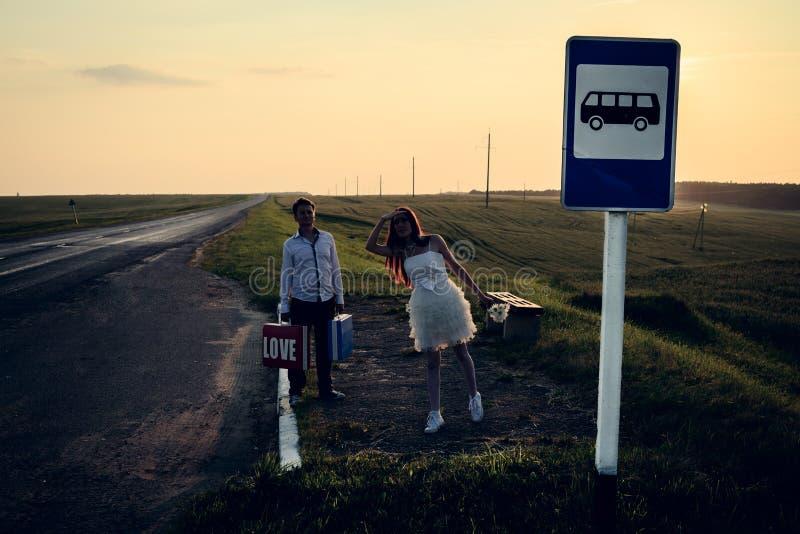Γάμος του ασυνήθιστου ζεύγους στη στάση λεωφορείου στοκ εικόνες με δικαίωμα ελεύθερης χρήσης
