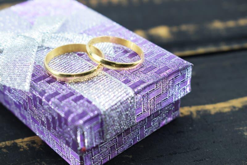 Γάμος, χρυσά γλειψίματα γαμήλιων δαχτυλιδιών σε ένα κιβώτιο στοκ εικόνες