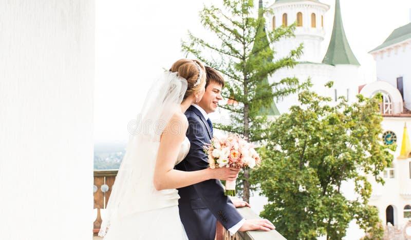 Γάμος, όμορφη ρομαντική νύφη και αγκάλιασμα νεόνυμφων στοκ φωτογραφία με δικαίωμα ελεύθερης χρήσης