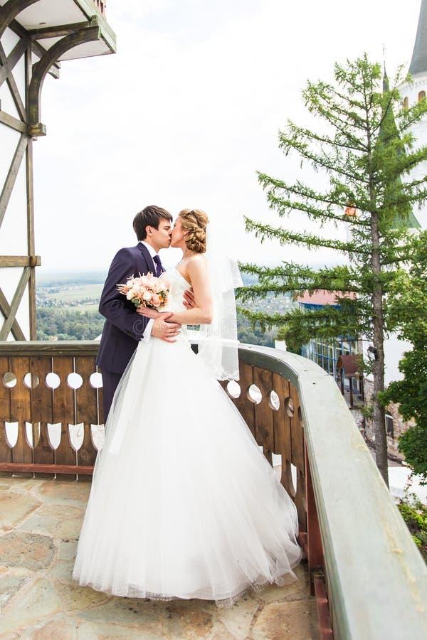 Γάμος, όμορφη ρομαντική νύφη και φίλημα νεόνυμφων στοκ φωτογραφία