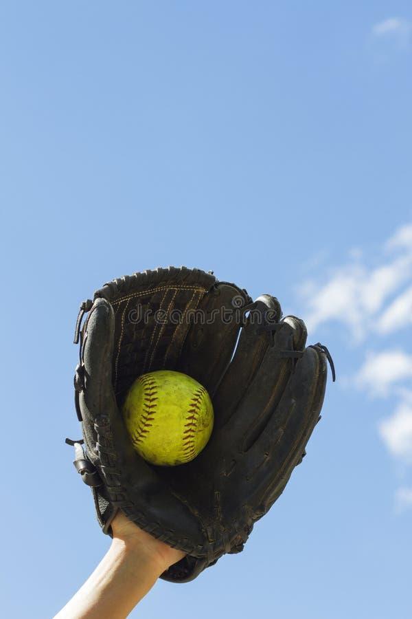 Γάντι σόφτμπολ με τη σφαίρα στοκ φωτογραφία με δικαίωμα ελεύθερης χρήσης