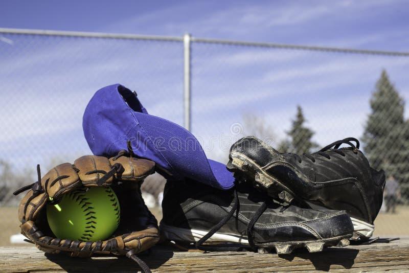 Γάντι σόφτμπολ και σόφτμπολ στοκ φωτογραφία με δικαίωμα ελεύθερης χρήσης